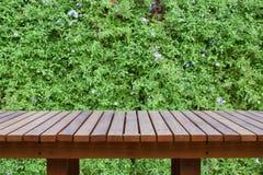 Деревянный стол или деревянные планки с запачканными орнаментальными заводами или деревом плюща или сада Стоковая Фотография