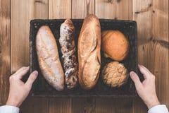 Деревянный стол и хлеб и руки Стоковые Изображения RF