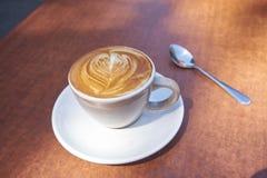 Деревянный стол кофе стоковые изображения