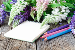 Деревянный стол мастерской Floristry с оформлением Декоративное художественное произведение от цветка весны Стоковая Фотография