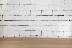 Деревянный стол с белой предпосылкой кирпича стоковые фото