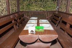 Деревянный стол с деревянными скамьями в газебо Стоковая Фотография