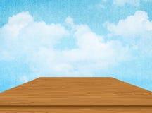 Деревянный стол с облаком и голубым небом вектор Стоковая Фотография RF