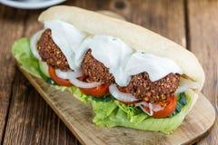 Деревянный стол с сандвичем Falafel Стоковые Фото