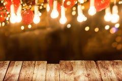 Деревянный стол с светлым illuminaion стоковые изображения