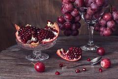 Деревянный стол темноты гранатового дерева и красной виноградины Стоковые Фото