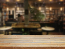 Деревянный стол Mpty и запачканная предпосылка кафа Стоковая Фотография