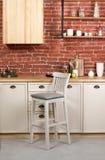 Деревянный стул барного стула в белой деревянной кухне стоковые изображения rf