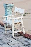 Деревянный стул, белый на пляже Стоковые Изображения