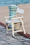 Деревянный стул, белый на пляже Стоковая Фотография