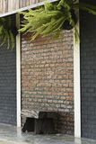 Деревянный стул на кирпичной стене конструктивная схема цвета черноты краски стены и цвета кирпича ослабляет сад Стоковые Фото
