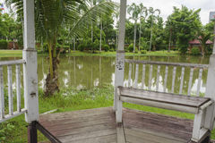 Деревянный стул в павильоне Стоковые Фотографии RF