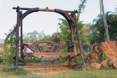 Деревянный стул качания в саде природы Стоковые Фото