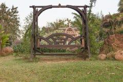 Деревянный стул качания в саде природы Стоковое Изображение