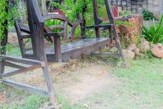 Деревянный стул качания в саде природы Стоковое фото RF