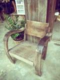 Деревянный стул стоя на деревянном парадном входе загородного дома Стоковое Фото