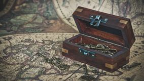 Деревянный сундук с сокровищами на карте мира стоковое фото rf
