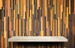 Деревянный счетчик полки на текстуре woode для дисплея продукта стоковая фотография