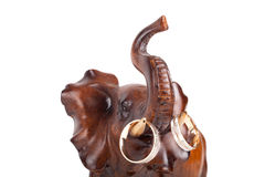 Деревянный слон с бивнями на обручальных кольцах изолированных на белом ба Стоковые Изображения