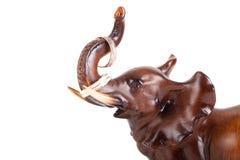 Деревянный слон с бивнями на обручальных кольцах изолированных на белом ба Стоковые Изображения RF