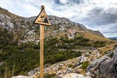 Деревянный триангулярный знак предупреждая о риске падать Стоковая Фотография RF