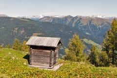 Деревянный туалет чабана с высокогорным ландшафтом горы в Австрии Стоковое Изображение