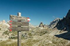 Деревянный указатель для hikers в доломитах Стоковые Изображения
