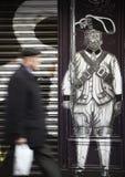 Деревянный фасад покрашенный с античным солдатом Стоковое фото RF