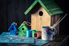 Деревянный фидер птицы и голубой план, который нужно построить его стоковые фотографии rf