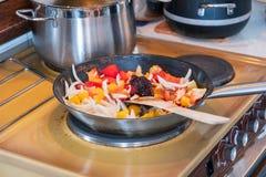 Деревянный флиппер жаря соус chili, овощ, траву и масло стоковое фото