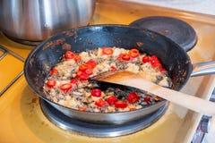 Деревянный флиппер жаря chili с чесноком на постном масле стоковые изображения rf