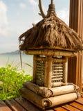 Деревянный фонарик в гостинице на тропическом пляжном комплексе Стоковая Фотография RF