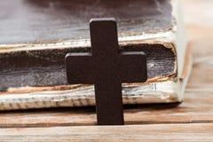 Деревянный христианский крест на библии Стоковые Фотографии RF