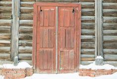 Деревянный цвет коричневого цвета двери в старом покинутом загородном доме журналов Стоковая Фотография