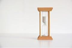 Деревянный час песка Метафора времени против белой предпосылки Стоковое Фото