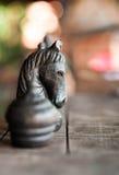 Деревянный черный шахмат лошади на шахматной доске Стоковая Фотография RF