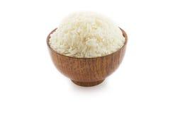 Деревянный шар вполне риса жасмина на белой предпосылке Стоковые Фото