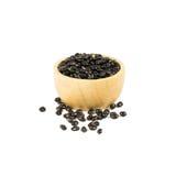 Деревянный шар сухих черных фасолей изолированных на белизне Стоковая Фотография