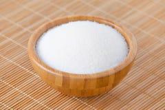 Деревянный шар с белым сахаром на бамбуковой текстуре Стоковые Изображения RF