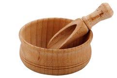 Деревянный шар с лопаткоулавливателем для специй на белой предпосылке Стоковые Фотографии RF