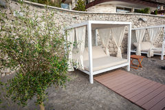 Деревянный шатер с loungers на пляже на роскошном курорте Стоковые Изображения RF