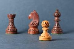 Деревянный шахмат на серой предпосылке Стоковые Изображения RF