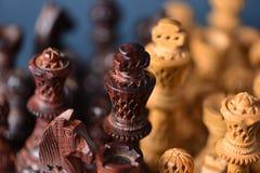 Деревянный шахмат на серой предпосылке Стоковые Изображения