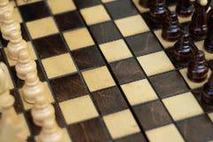 Деревянный шахмат на шахматной доске стоковые изображения rf