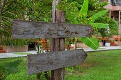Деревянный шильдик в лесе Стоковые Фотографии RF