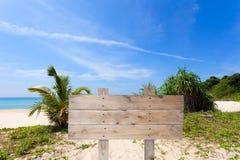 Деревянный шильдик на тропическом пляже для предпосылки лета Стоковая Фотография RF
