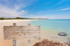 Деревянный шильдик на тропическом пляже для предпосылки лета Стоковое Изображение
