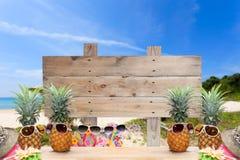 Деревянный шильдик на тропическом пляже для предпосылки лета Стоковые Фото