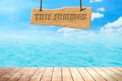 Деревянный шильдик с красивым морем песка в лете стоковое фото