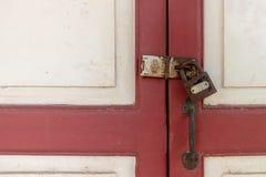 Деревянный шкаф с безопасностью старый ключевой замок Стоковое Изображение